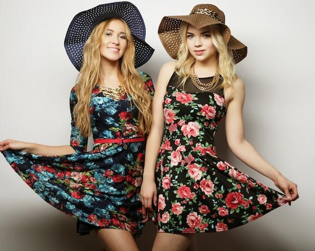 Amici di ragazze che ridono e abbraccio Foto Premium