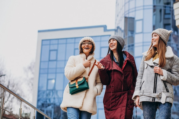 Amici di ragazze che si incontrano insieme in inverno fuori strada Foto Gratuite