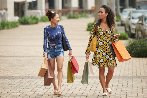Amici di sesso femminile godendo lo shopping Foto Gratuite