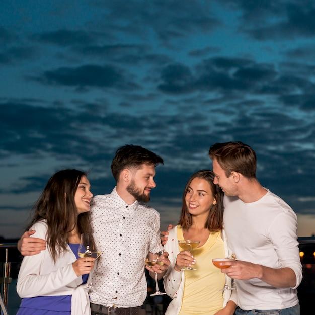 Amici di vista frontale ad una festa Foto Gratuite