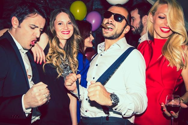 Amici divertirsi e ballare Foto Gratuite