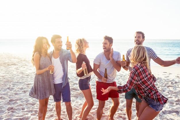 Amici felici che ballano insieme Foto Premium