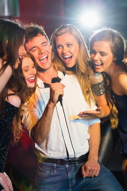 Amici felici che cantano insieme karaoke Foto Premium