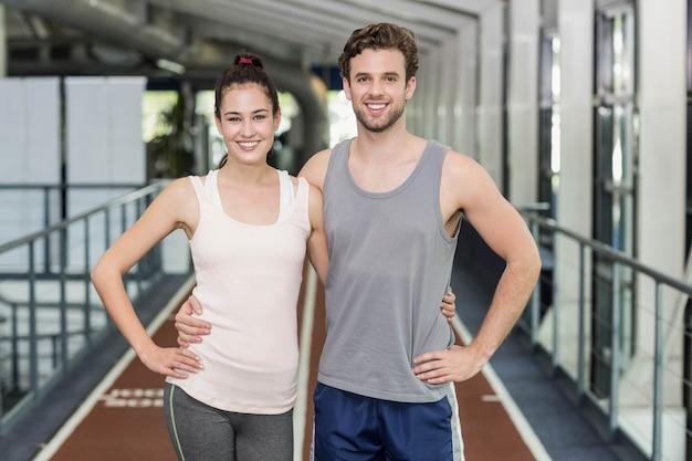 Amici felici che corrono insieme sulla pista Foto Premium