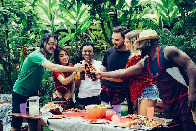 Amici felici con barbecue party in natura Foto Premium