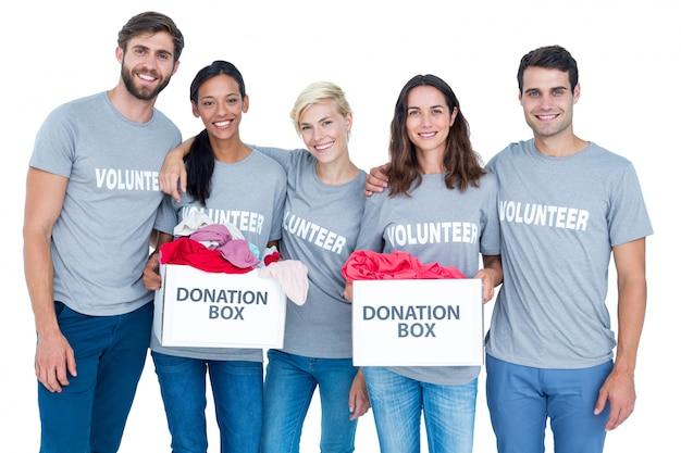 Amici felici dei volontari che tengono le scatole di donazione Foto Premium