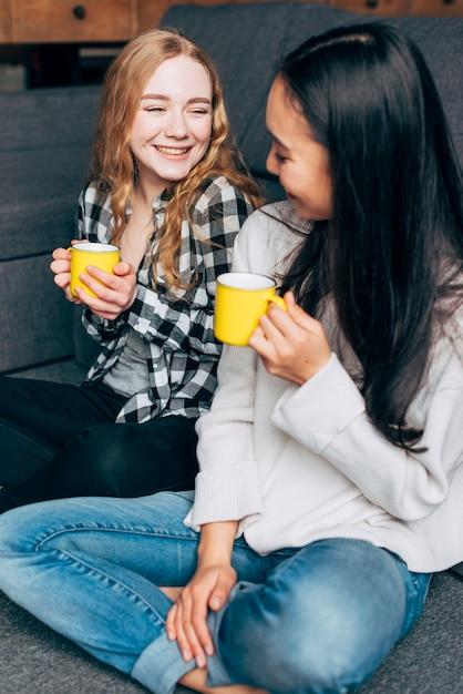 Amici femminili che parlano e che bevono tè Foto Gratuite