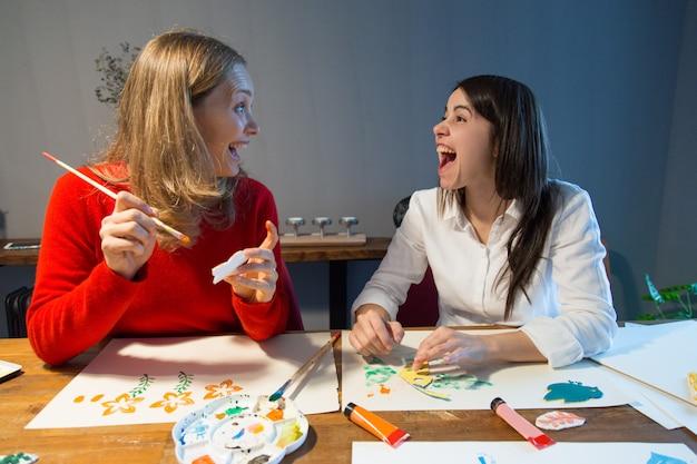 Amici femminili eccitati divertendosi Foto Gratuite