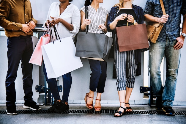 Ragazzi e ragazze che fanno shopping