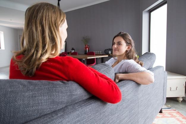 Amici femminili positivi che si incontrano a casa per chiacchierare Foto Gratuite