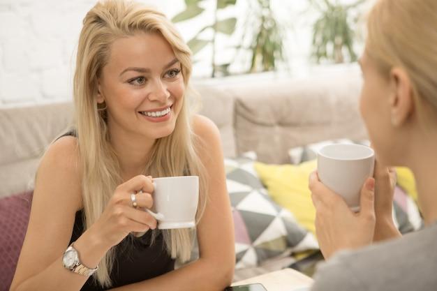 Amici femminili presso la caffetteria Foto Premium