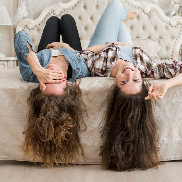 Amici in posa sul letto Foto Gratuite