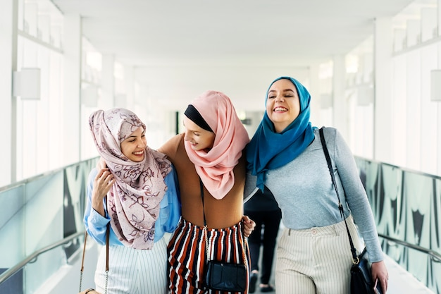 Amici islamici delle donne che camminano e che discutono insieme Foto Premium