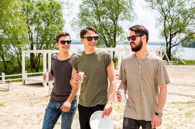 Amici maschi allegri che bevono birra Foto Gratuite