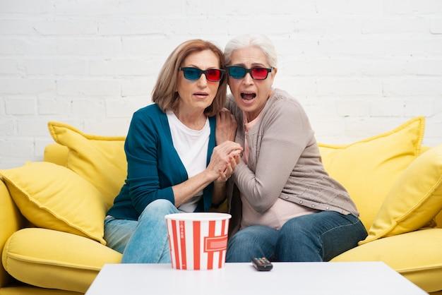 Amici maturi con gli occhiali 3d Foto Gratuite