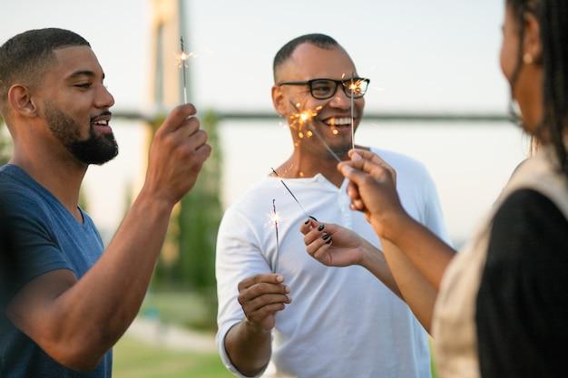Amici multietnici felici con le stelle filanti Foto Gratuite