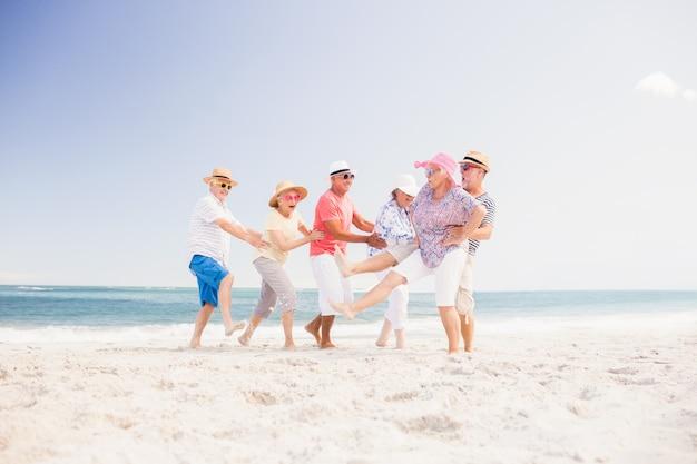 Amici senior felici che ballano Foto Premium