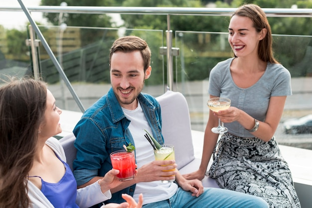 Amici sorridenti a una festa in terrazza Foto Gratuite