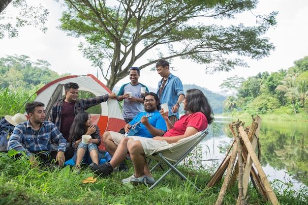 Amico godendo le vacanze in campeggio Foto Premium