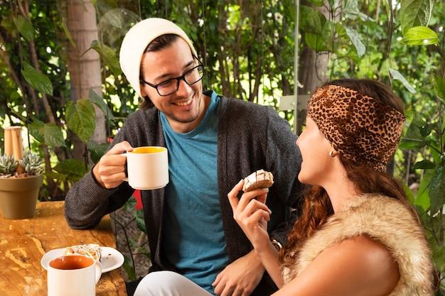 Amico insieme alla terrazza del caffè Foto Gratuite