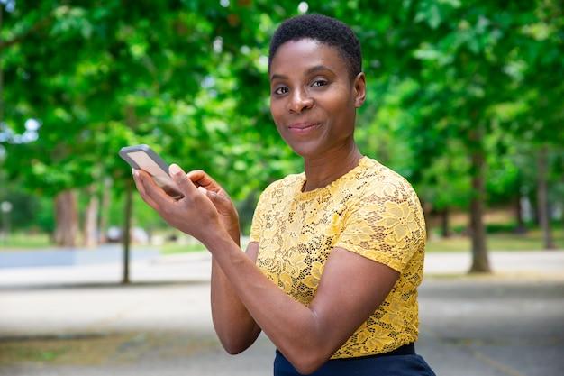 Amico o ragazzo mandante un sms della bella donna felice Foto Gratuite