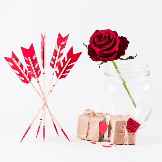 Amo le frecce con scatole regalo e rosa rossa Foto Gratuite
