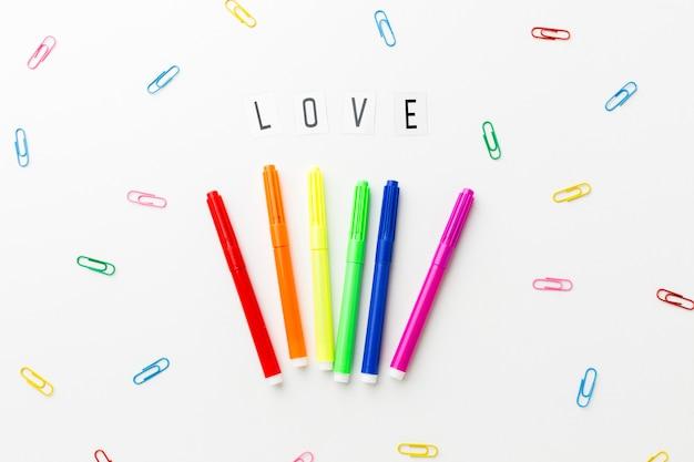 Amore orgoglio e graffette colorate di cancelleria Foto Gratuite