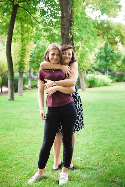 Amore per madre e figlia. donna invecchiata e sua figlia adulta nel parco estivo. Foto Premium