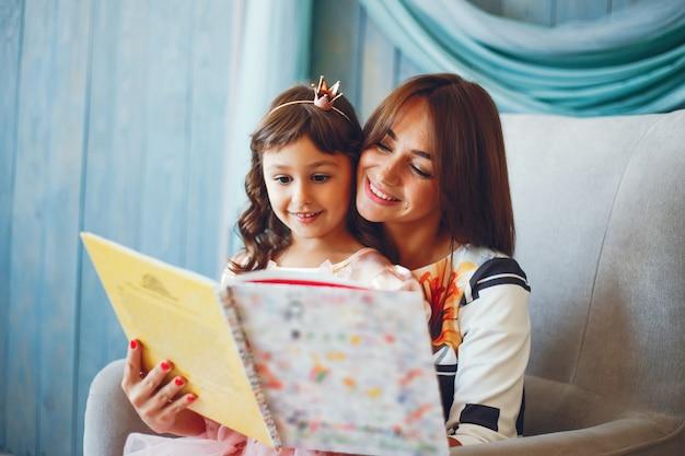 Amorevole madre con sua figlia Foto Gratuite