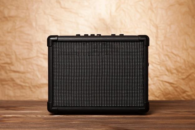 Amplificatore per chitarra su sfondo giallo Foto Premium