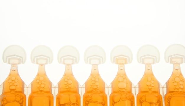 Ampolla in plastica per medicina liquido arancione Foto Premium