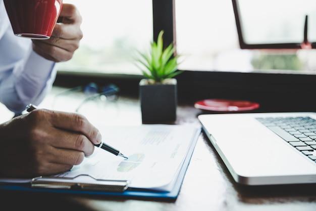 Analisi dell'uomo d'affari che lavora discutendo i grafici e grafici che mostrano i risultati. Foto Gratuite