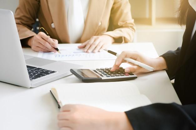 Analista delle prestazioni di marketing che lavora con rapporto di vendita su una scrivania Foto Premium