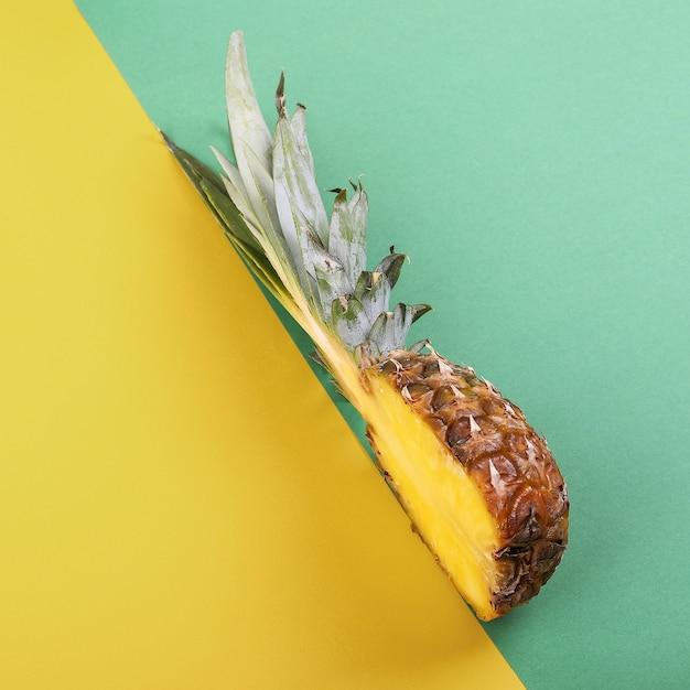 Ananas mezzo su brillante layout creativo, copia spazio. Foto Premium