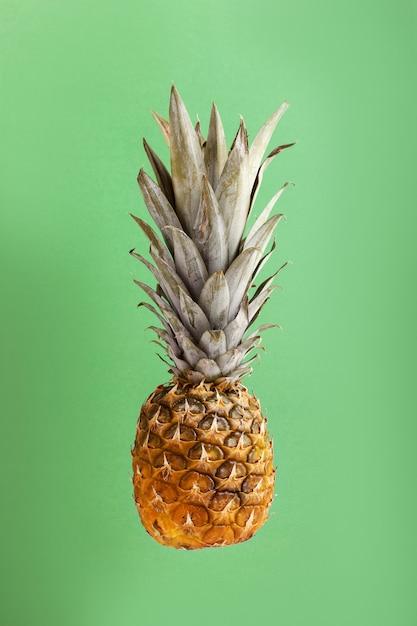 Ananas sulla disposizione creativa della priorità bassa luminosa Foto Premium
