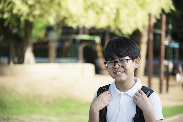 Andare a scuola felice del giovane ragazzo asiatico della tailandia Foto Gratuite