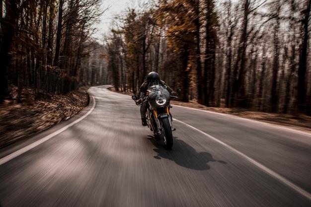 Andare in bicicletta in moto nella foresta. Foto Gratuite