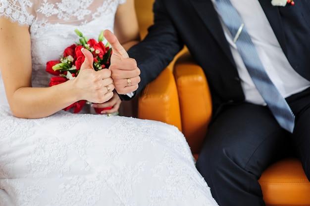 Anelli a disposizione vestiti da sposa e sposo Foto Premium