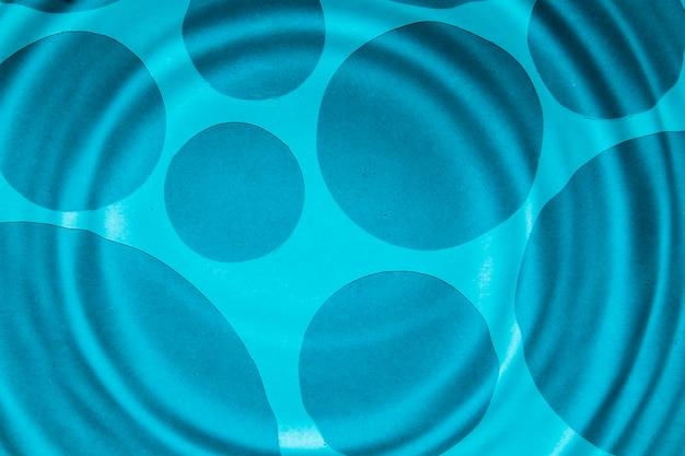 Anelli di acqua blu del primo piano e punti più scuri Foto Gratuite