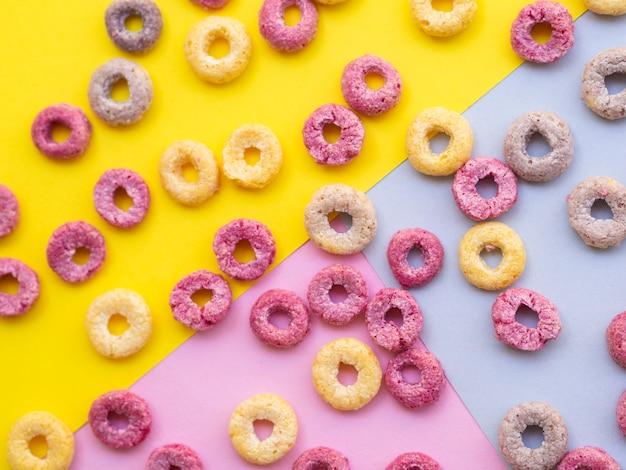 Anelli di cereali di frutta su uno sfondo colorato Foto Gratuite