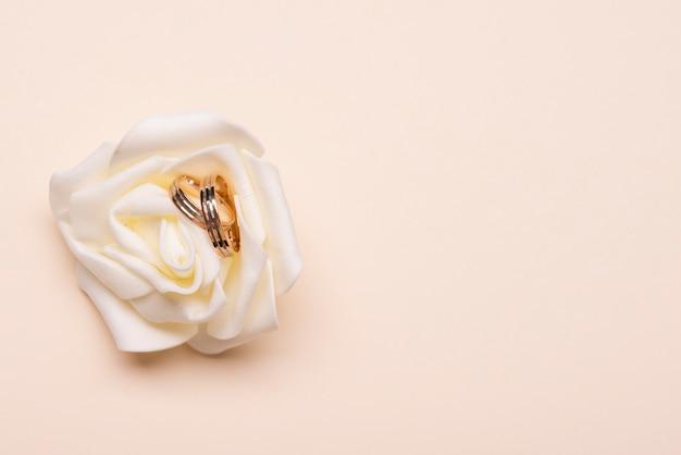 Anelli di fidanzamento vista dall'alto sul fiore Foto Gratuite