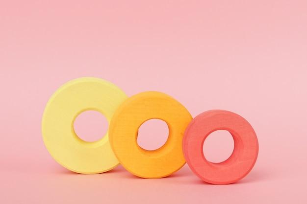 Anelli di legno per bambini di arancio e giallo Foto Premium