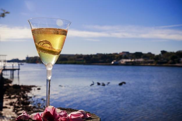 Anelli dorati di nozze in un bicchiere di champagne Foto Premium