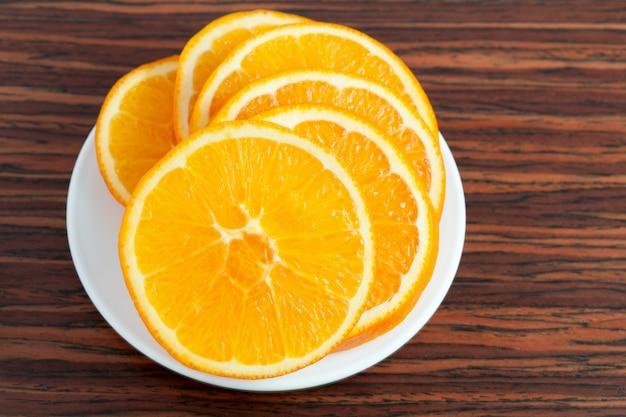 Anello arancione sul piatto Foto Premium