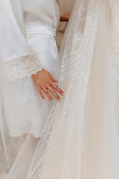 Anello di fidanzamento con una pietra sulla mano delicata delle spose Foto Gratuite
