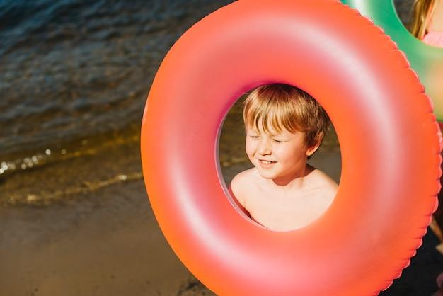 Anello di nuoto gonfiabile della tenuta del bambino piccolo Foto Gratuite