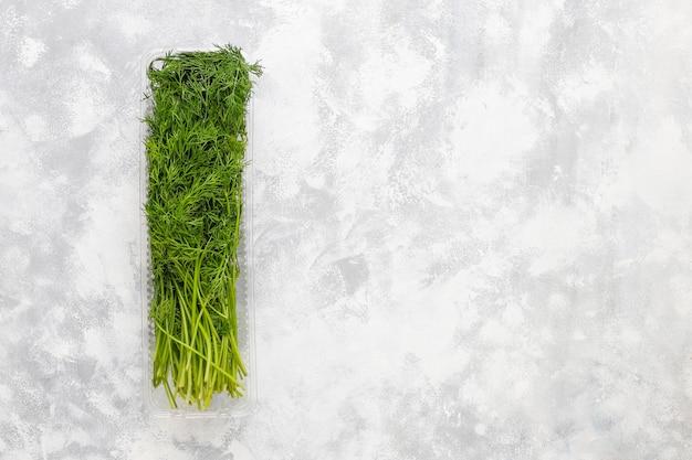 Aneto verde fresco in scatole di plastica su calcestruzzo grigio Foto Gratuite