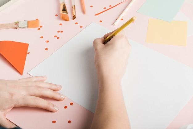 Angolo alto del disegno della donna con la matita gialla Foto Gratuite