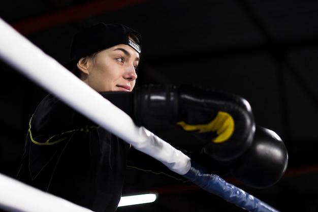 Angolo basso del pugile femminile in posa sul ring Foto Gratuite