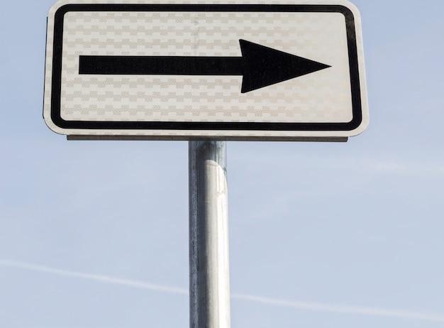 Angolo basso dell'indicatore con freccia rivolta verso destra Foto Gratuite